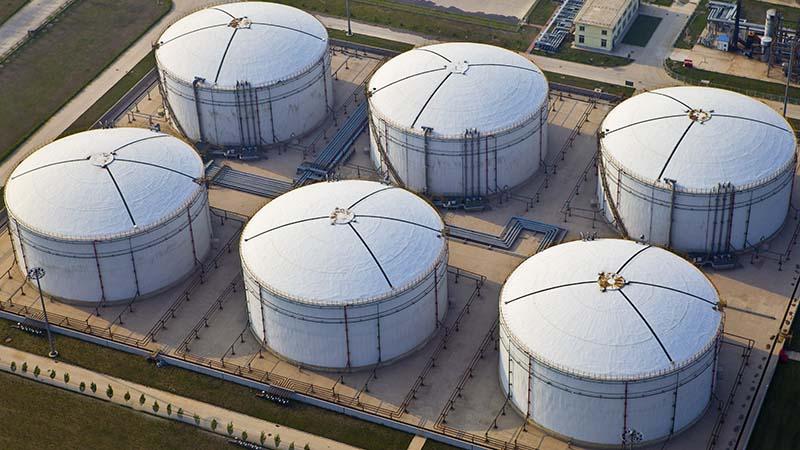 Suuret mäntyöljysäiliöt - Large storage tanks of crude tall oil.