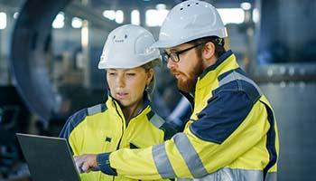 Tiimi suunnittelee säiliön huoltoa - Team is planning maintenance of storage tank.
